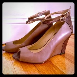 Ann Taylor Wedge 7.5